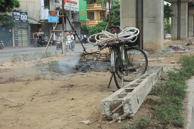 Một góc xấu xí tại vỉa hè phố Yên Lãng (quận Đống Đa).