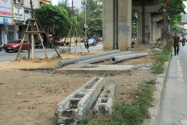 Các cọc bê tông nằm ngổng ngang trên vỉa hè phố Yên Lãng nhiều tháng nay.