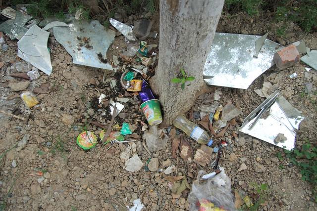 Nhiều loại rác thải được PV ghi lại trên khu vực vỉa hè phố Yên Lãng.