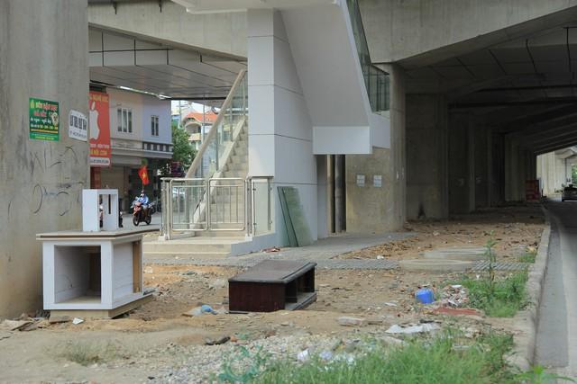 Tủ, kệ tại khu vực dưới công trình đường sắt trên cao, tại phố Yên Lãng.