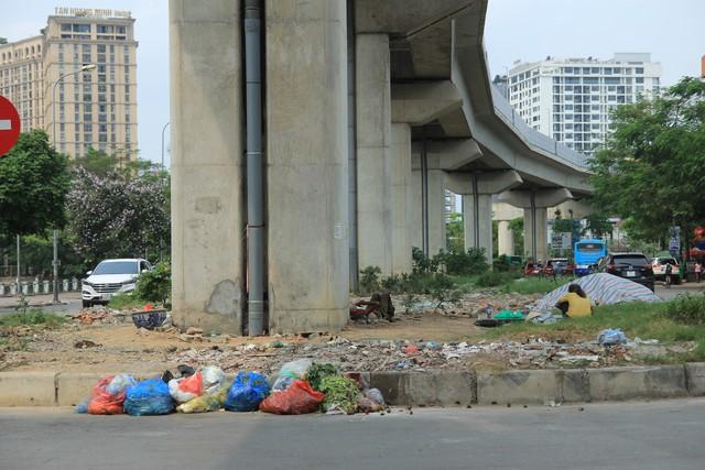 Rác thải sinh hoạt và rác thải sinh hoạt, chậu cây cảnh tại khu vực phố Đặng Tiến Đông giao cắt phố Yên Lãng.