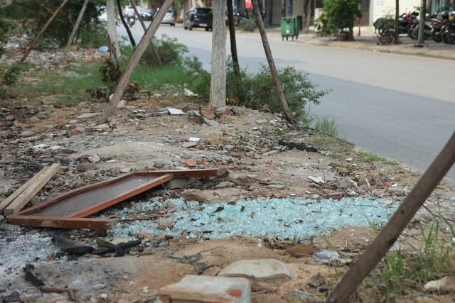 Thanh giường, kính vụn, thanh gỗ... tất cả đều được nằm gọn trên khu vực dưới công trình đường sắt trên cao, đoạn đi qua phố Yên Lãng.