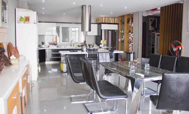 Phòng bếp rộng rãi với nội thất hiện đại.