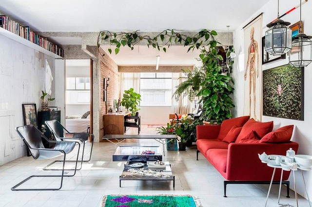 1. Có lẽ điểm nhấn nổi bật nhất ở phòng khách này chính là chiếc sofa đỏ. Kiểu dáng thanh mảnh của sofa và những món nội thất cá tính nhưng nhỏ gọn mang đến cho căn phòng này sức hấp dẫn không thể phủ nhận.
