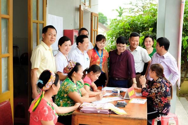 Lãnh đạo huyện Thanh Chương kiểm tra mô hình cung cấp dịch vụ tại trạm y tế xã Ngọc Lâm. Ảnh: Mạnh Đạt