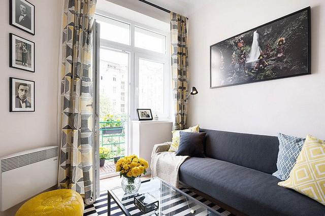 2. Thực ra chỉ cần một chiếc sofa đơn thanh mảnh và một chiếc bàn nước nho nhỏ cũng đủ để bạn định vị khu vực tiếp khách của mình. Bạn có thể chọn bàn gập hoặc bàn mặt kính để tạo cảm giác gọn gàng hơn cho nơi tiếp khách của mình.