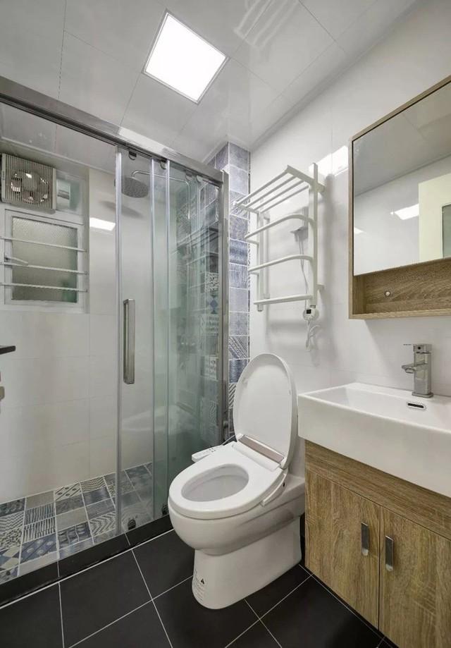 Phòng tắm hiện đại, gọn gàng.