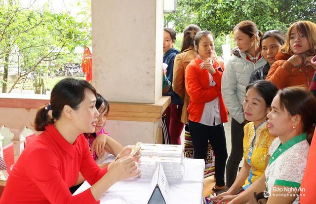 Tư vấn về phương tiện tránh thai cho người dân xã Châu Lý - Quỳ Hợp. Ảnh: Mỹ Hà