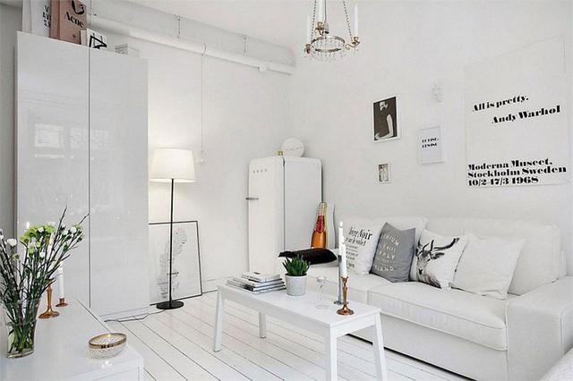 4. Một mẫu phòng khách nhỏ tiêu biểu nhưng vẫn rất ghi điểm. Phòng khách này mang đậm phong cách Scandinavian với tone màu trắng và chất liệu gỗ chủ đạo. Cũng nhờ vậy mà căn phòng ngủ trông rộng rãi hơn thực tế.