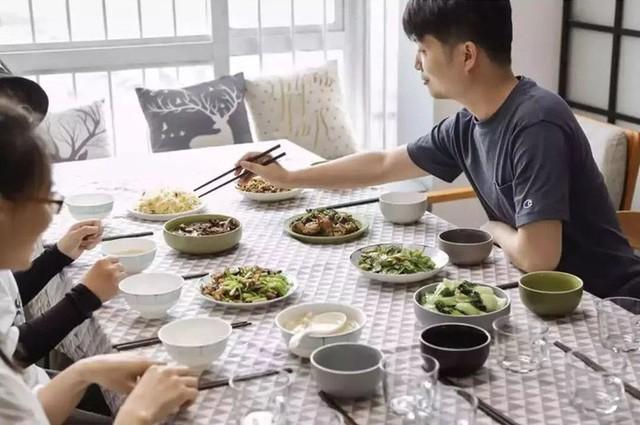 Chiếc bàn dành cho những bữa ăn khi có nhiều bạn bè.