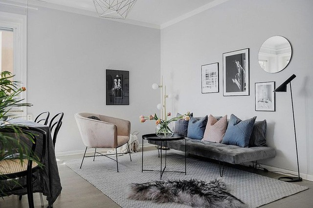 7. Kiểu sofa cách điệu thanh mảnh thế này giúp bạn ăn gian được kha khá không gian cho phòng khách đây. Hơn hết nếu biết mix - match thông minh, phòng khách dù nhỏ vẫn rất có chất riêng.