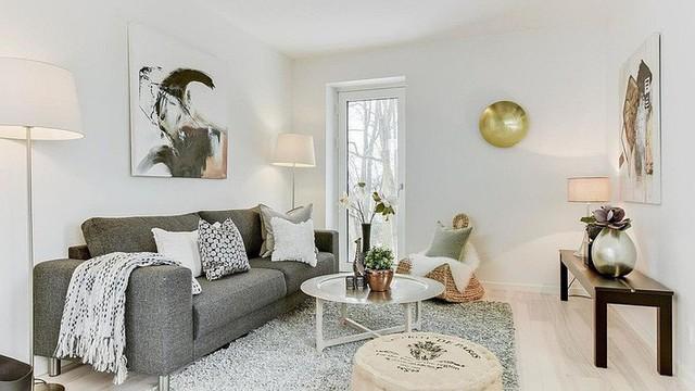8. Lại một phòng khách rất nhã nhặn mang phong cách Scandinavian. Rõ ràng, với tone màu chủ đạo, phong cách nội thất Bắc Âu này rất hợp với những không gian sống nhỏ nhưng vẫn muốn có cá tính riêng.
