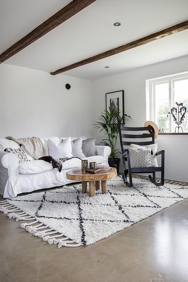 9. Nếu là phòng khách cho 2 người, bạn thậm chí chỉ cần một chiếc sofa đôi và một chiếc bàn nhỏ cũng đủ để tạo nên không gian tiếp khách trong nhà.