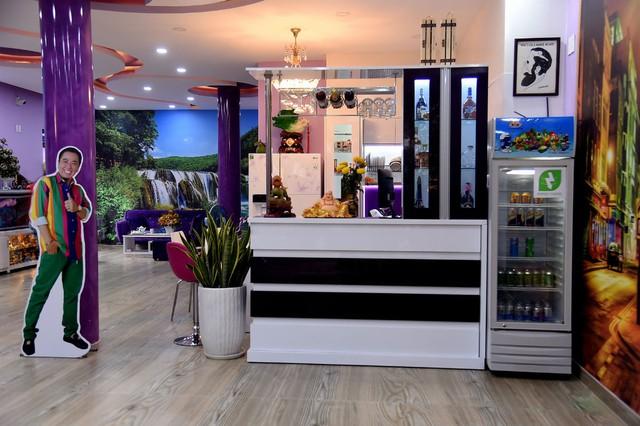 Sảnh tầng trệt được sử dụng lối thiết kế mở. Bếp được đặt ngay trung tâm theo trường phái châu Âu hợp phong thủy.