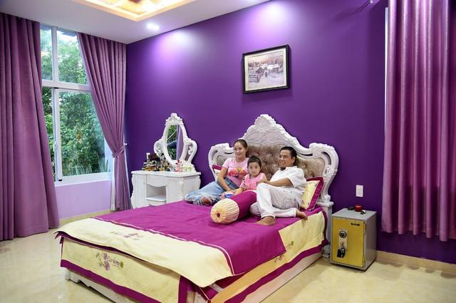 Phòng ngủ vẫn là nơi anh yêu thích nhất nên có sự thông thoáng, mát mẻ, hài hoà.