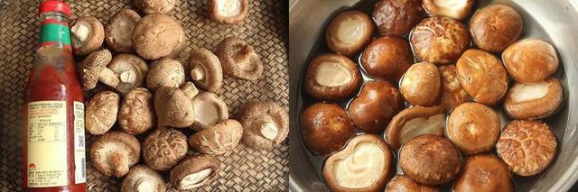 Nấm sau khi luộc thì vắt sạch nước, dùng kéo cắt thành sợi. Trộn đều nấm với bột mì và để khoảng 15 phút để bột bám chặt vào nấm.