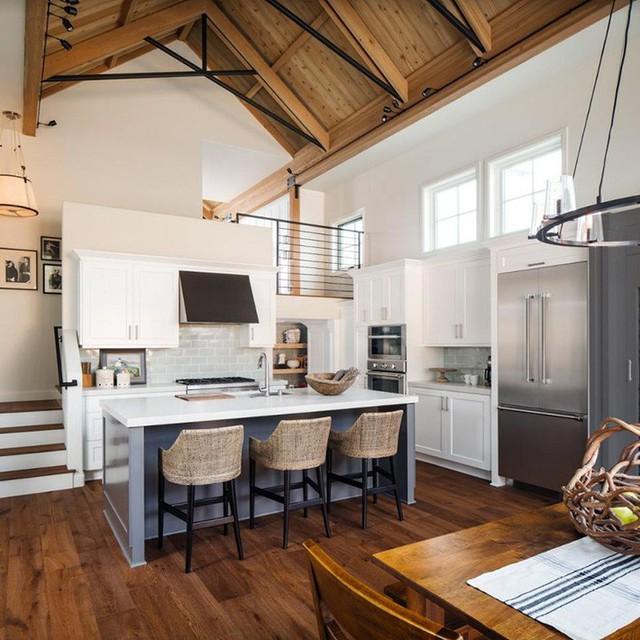 Những căn bếp với thiết kế trần cao gấp đôi đang là xu hướng được rất nhiều gia đình quan tâm và thích thú.