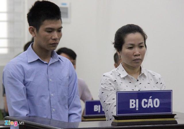 Hai bị cáo nghe tòa tuyên án. Ảnh: Hoàng Lam.