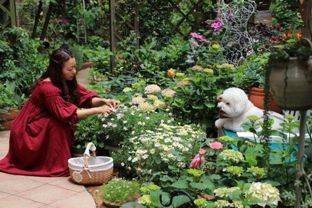 Cô gái trẻ cần mẫn chăm sóc cây và hoa.