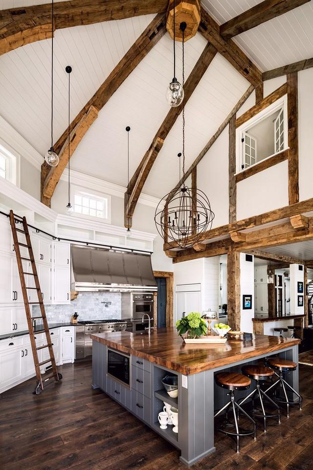 So với kiểu thiết kế truyền thống thì nhà bếp với trần cao gấp đôi này mang đến cho người dùng khá nhiều điều thú vị.