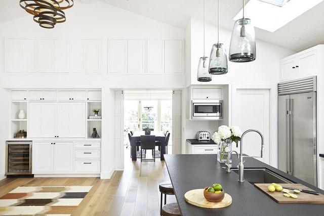 Bạn cũng có thể tận dụng phần trần được nới cao của nhà bếp để làm không gian lưu trữ tiện dụng như thế này.