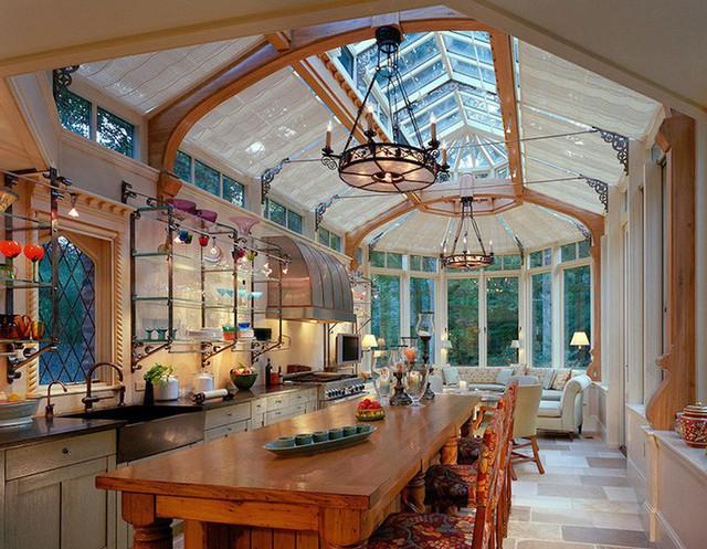 Căn phòng bếp với thiết kế trần cao bằng kính với vẻ đẹp dễ dàng mê hoặc bất kỳ ai.