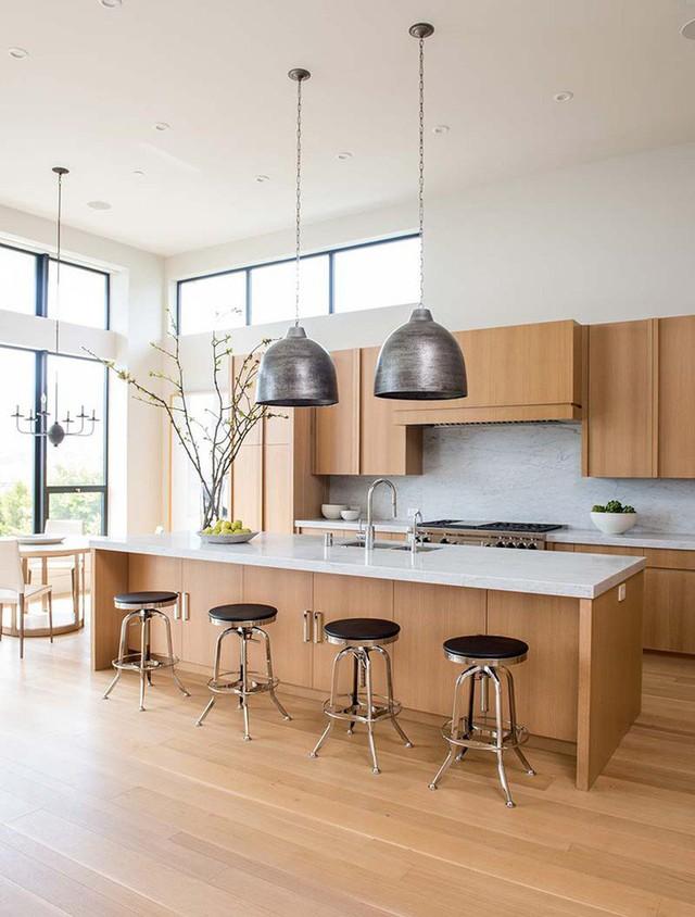 Những căn bếp có trần cao thế này rất thích hợp để bạn lựa chọn những mẫu đèn thả trang trí.