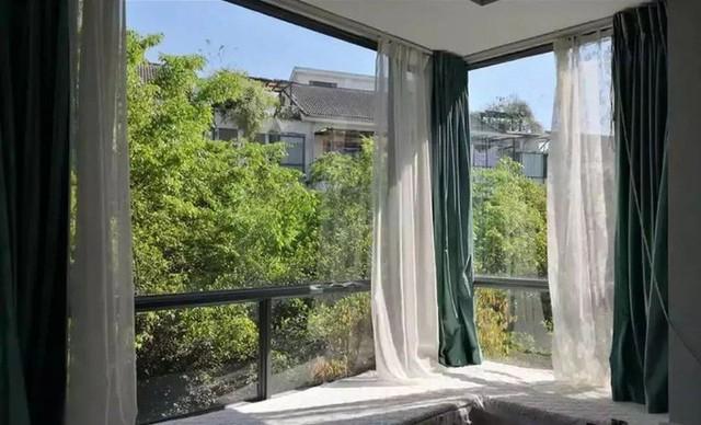 Kéo rèm gọn gàng là có thể thu trọn cảnh đẹp của thiên nhiên vào nhà.