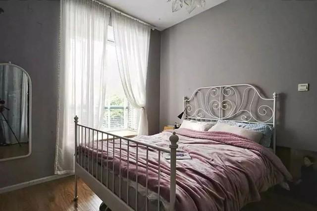 Nền tường màu ghi tối giúp căn phòng nghỉ ngơi trở nên êm dịu hơn.