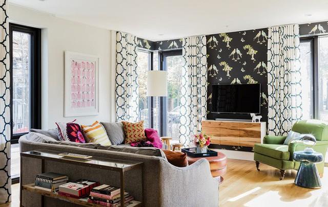 Cách lựa chọn họa tiết rèm hay dùng giấy dán tường khéo léo giúp tạo được ấn tượng tốt cho căn phòng khách mà không hề làm rối mắt.