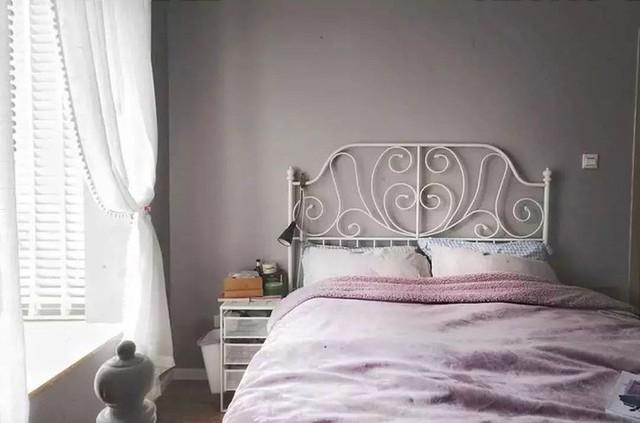 Những sắc màu của ga trải giường, của rèm cửa trở thành màu nhấn tạo nên vẻ đẹp đặc biệt cho căn phòng.