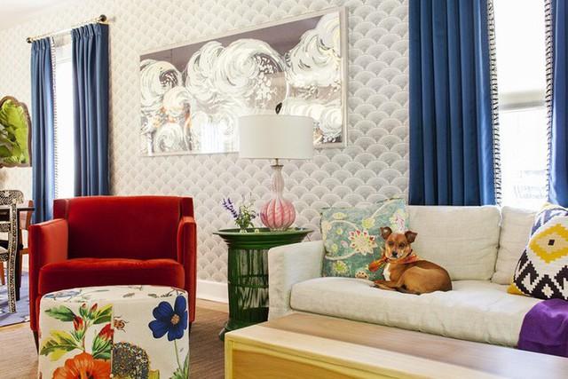 Đừng ngại phối hợp nhiều gam màu đậm trong cùng một không gian vì biết đâu bạn cũng có thể sở hữu một căn phòng khách đẹp xuất sắc như thế này.