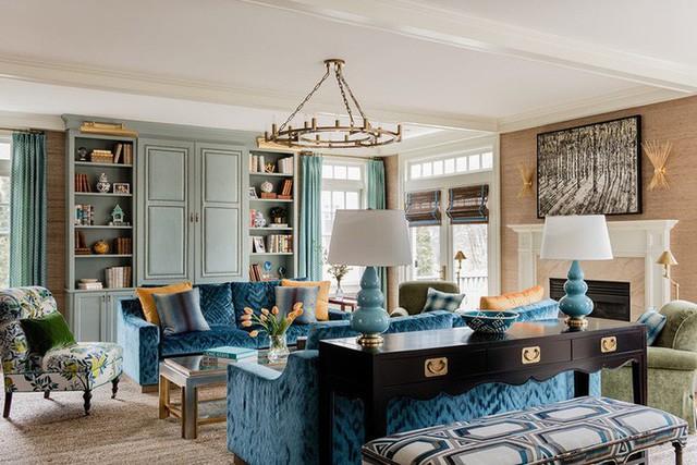 Một căn phòng khách được thiết kế bởi những mọt sách chính hiệu với những giá sách đồ sộ.