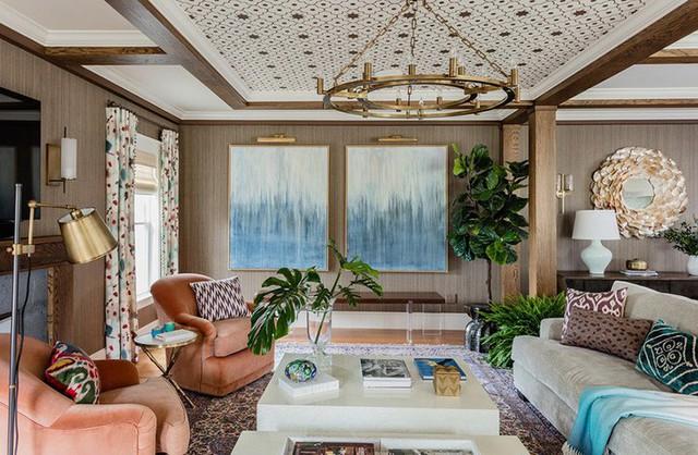 Chỉ với 2 bức tranh treo tường cỡ lớn thôi mà căn phòng khách của gia đình trông đầy chất nghệ thuật rồi.