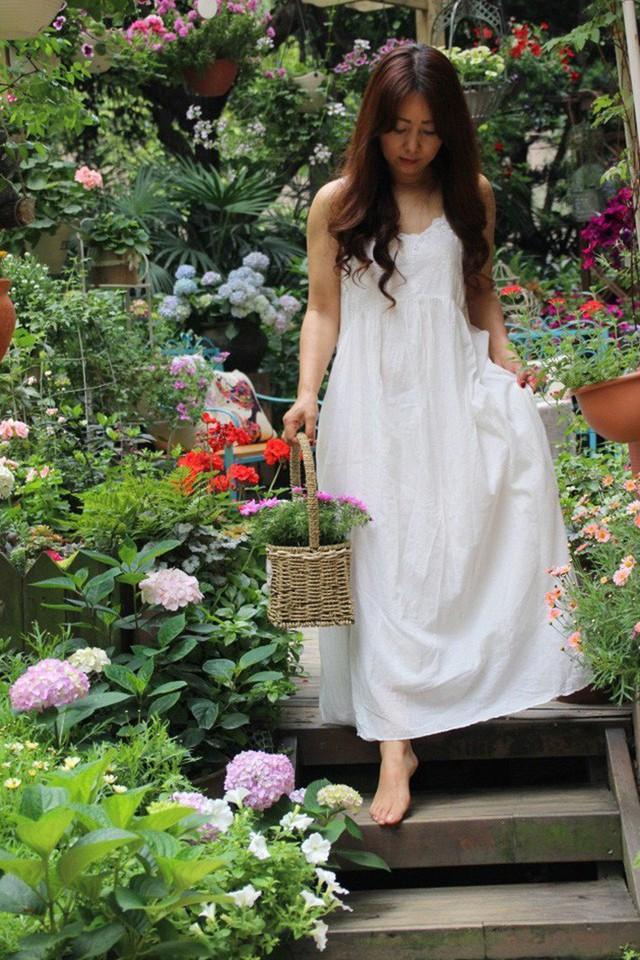 Cô gái thường bước chân trần đi trên sàn gỗ trong vườn.