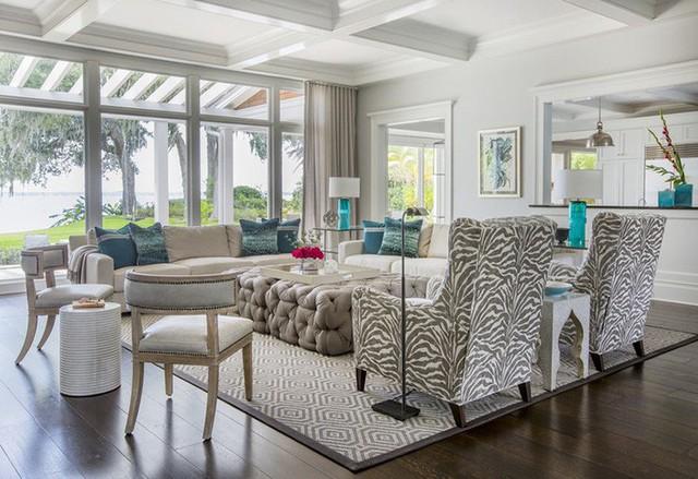 Căn phòng khách với gam màu trung tính làm chủ đạo sử dụng gam màu xanh lam làm điểm nhấn đơn giản nhưng lại rất ấn tượng và hiệu quả.