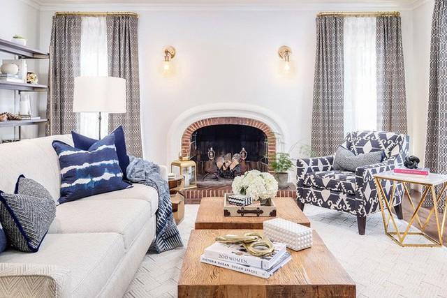 Căn phòng khách là sự hội tụ của rất nhiều kiểu họa tiết khác nhau nhưng lại không hề rối mắt.