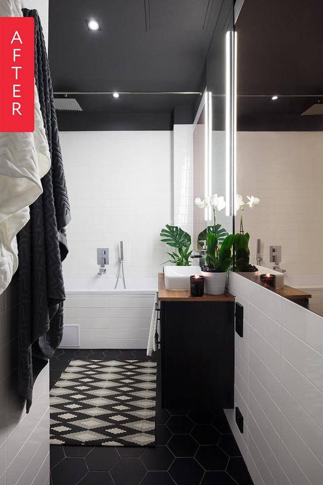 Nhà tắm đơn giản với hai tông màu đen và trắng. Sự kết hợp với thiên nhiên khi chủ nhà bố trí hai chậu cây xanh giúp không gian thoải mái hơn.