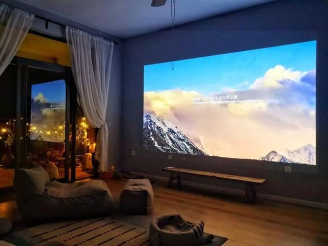 Máy chiếu được thiết kế khéo léo giúp hai người bạn có thể cùng nhau xem phim vào buổi tối.