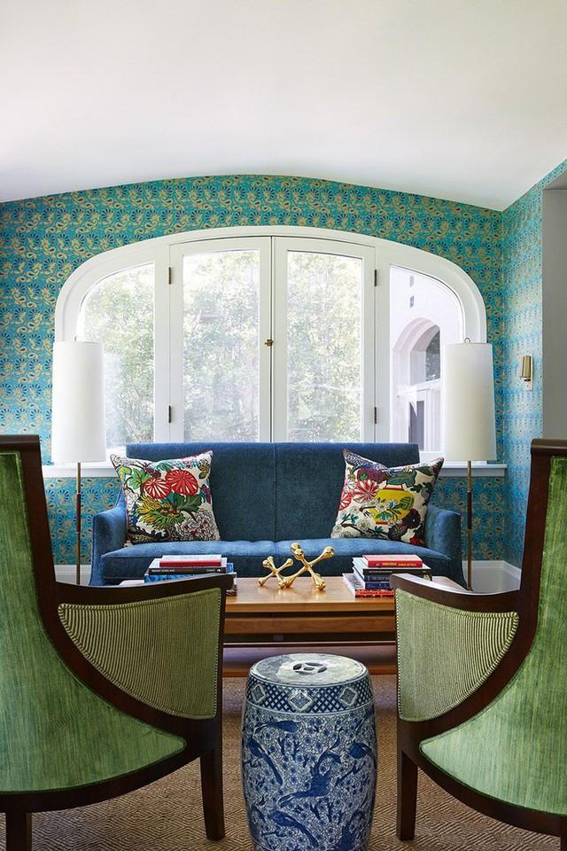 Màu sắc được chủ nhân căn phòng vận dụng một cách linh hoạt vừa đủ để mọi vị khách không cảm thấy khó chịu.