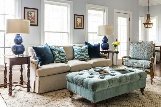 Không quá cầu kỳ trong thiết kế nhưng cách kết hợp ăn ý từng món đồ trang trí trong căn phòng lại là lý do mang đến vẻ đẹp của phòng khách.