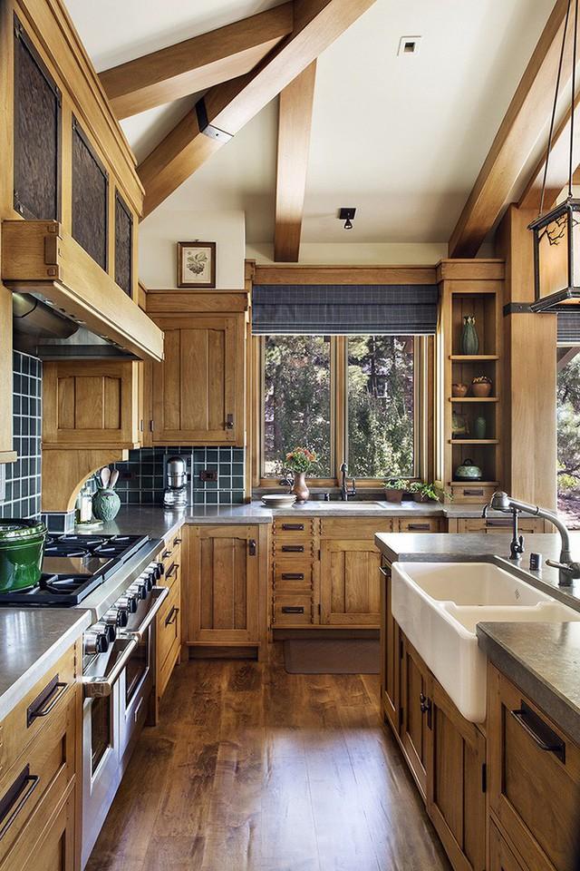 Nhờ việc nới cao trần mà bạn có thêm không gian cho những chiếc tủ bếp, kệ mở gắn tường, tăng cường thêm không gian lưu trữ của nhà bếp.