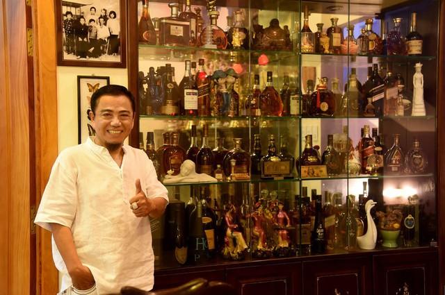 Tủ rượu quý với hàng trăm chai được nghệ sĩ hài trưng bày trật tự, đẹp mắt