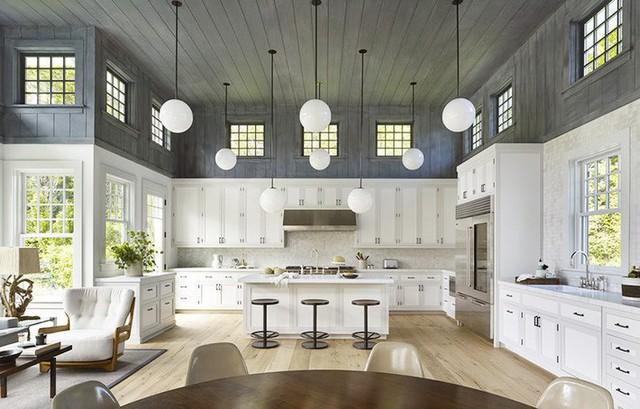 Sự tương phản giữa trần nhà và tường bếp tạo ra nét đẹp rất riêng cho căn bếp với thiết kế đơn giản này.