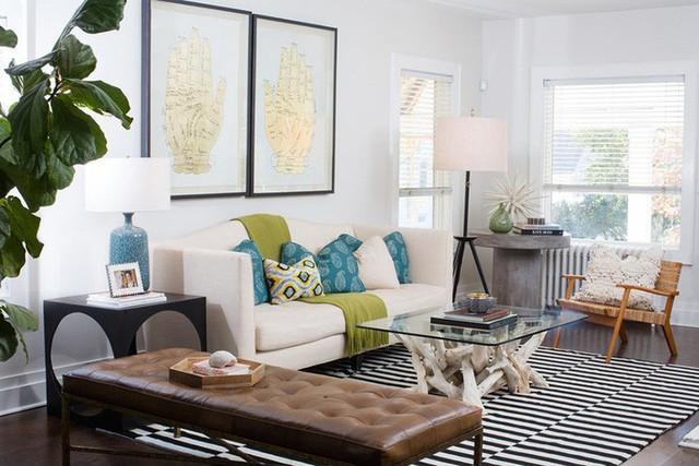 Sử dụng đen trắng làm gam màu chủ đạo của căn phòng, chủ nhân của nó cũng không quên thêm những món phụ kiện nhỏ với màu sắc bắt mắt để tạo điểm nhấn.