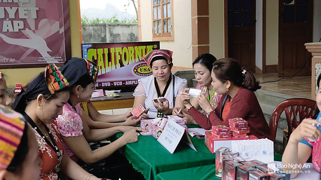 Tiếp thị về phương tiện tránh thai tại huyện Con Cuông (Nghệ An). Ảnh: Mỹ Hà