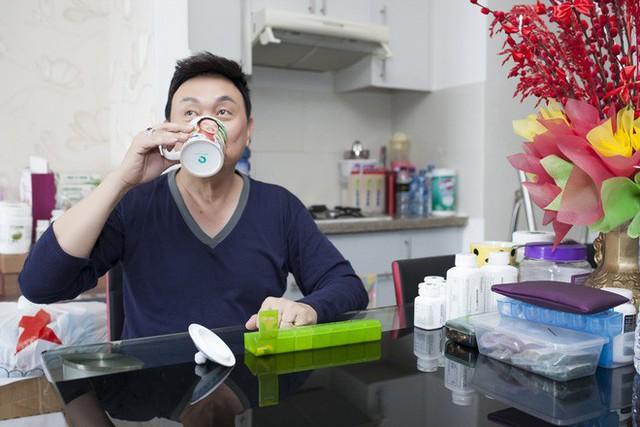 Chí Tài thường tự nấu bữa sáng để kịp giờ uống thuốc và tập thể dục. Anh cho biết ở độ tuổi gần 60 nếu không chăm chỉ luyện tập sẽ khó lòng giữ được phong độ trên sân khấu lẫn ngoài đời.