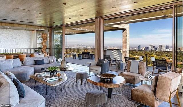 Bất động sản nằm tại số 822 đường Sarbonne với tầm nhìn thoáng đãng ra thành phố Los Angeles. Hiện nó vẫn đang được rao bán. Ảnh: Zillow.
