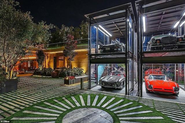 Điểm nổi bật của bất động sản này là không gian đặc biệt để trưng bày bộ sưu tập xe hơi cổ. Ảnh: Zillow.