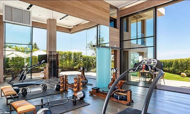 Theo Fox News, một số nhân viên bất động sản không được nói chuyện với Bezos và Sanchez khi tỷ phú Amazon và bạn gái kiểm tra mái ấm tiềm năng. Trong ảnh là phòng gym của biệt thự Ảnh: Zillow.